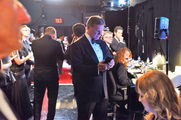 new-photos-show-pwc-accountant-tweeting-mixing-envelopes-backstage-at-oscars-exclusive__801153_