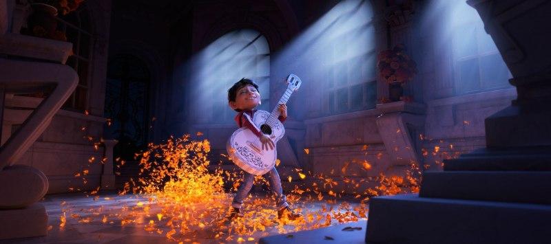 1041459-musical-extravaganza-pixars-coco-puts-family-first-d-de-las-muertos-adventure